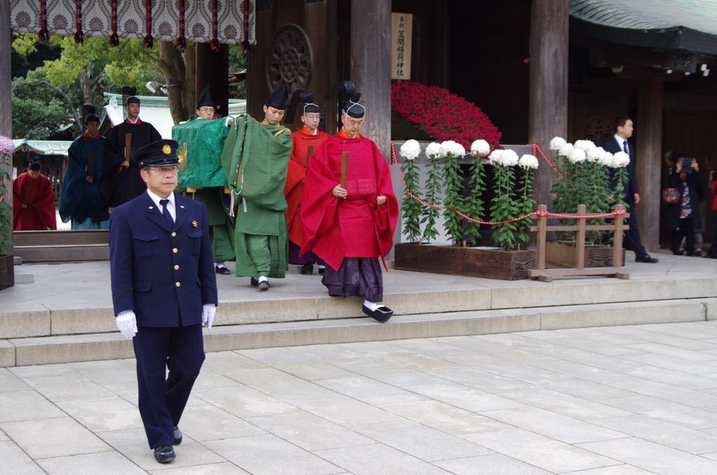 【明治神宮・秋の大祭】 10時25分。 勅使様が参向なされます。 http://t.co/5QbQ4D7gJp