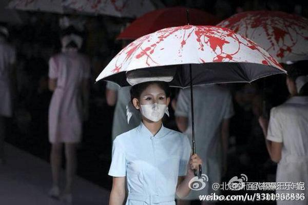 10月30日北京のファッションショー。血ぬりの傘、マスク、看護師の衣装。「雨傘運動」への支持を示すものだろう。主催の劉萌とモデルたちは逮捕され、行方不明。
