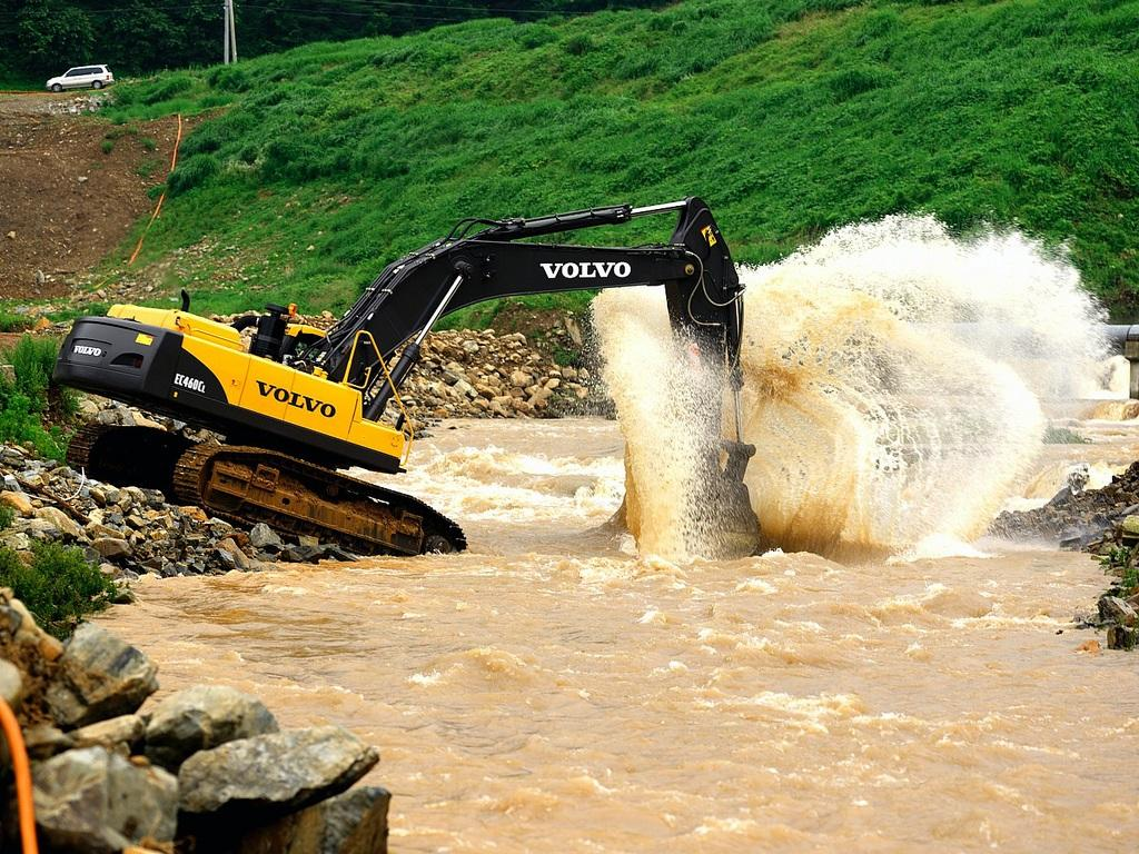 Steer clear of the splash zone when the EC460C Crawler Excavator takes a dip in the river. http://t.co/7lNuAfH5Z1