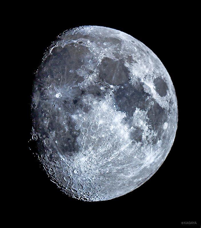 先ほど望遠鏡で撮影した十日余(とおかあまり)の月です。写真左上の欠け際に見える弓状の輝きが「虹の入り江」という地形です。今週もステキな一週間になりますように。 pic.twitter.com/JxVUccxxFQ