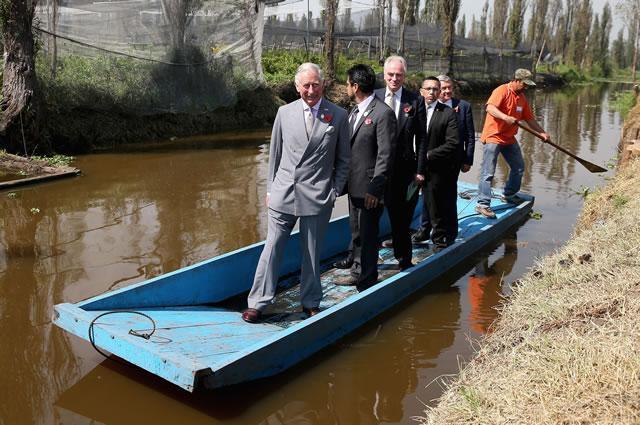 ¿No había una embarcación más vieja y sucia para que el Príncipe Carlos recorriera Xochimilco? #EsPregunta http://t.co/bjQPGXQT8c