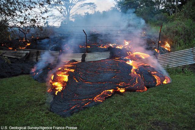 ハワイ・キラウエア火山から噴出する溶岩流はふもとのパホア村に迫り、住宅や建造物などをのみ込み始めた。一方で、見物客も集まっている⇒キラウエア火山の溶岩流【写真】 on.wsj.com/1ySxHne pic.twitter.com/7OpolcSUIm