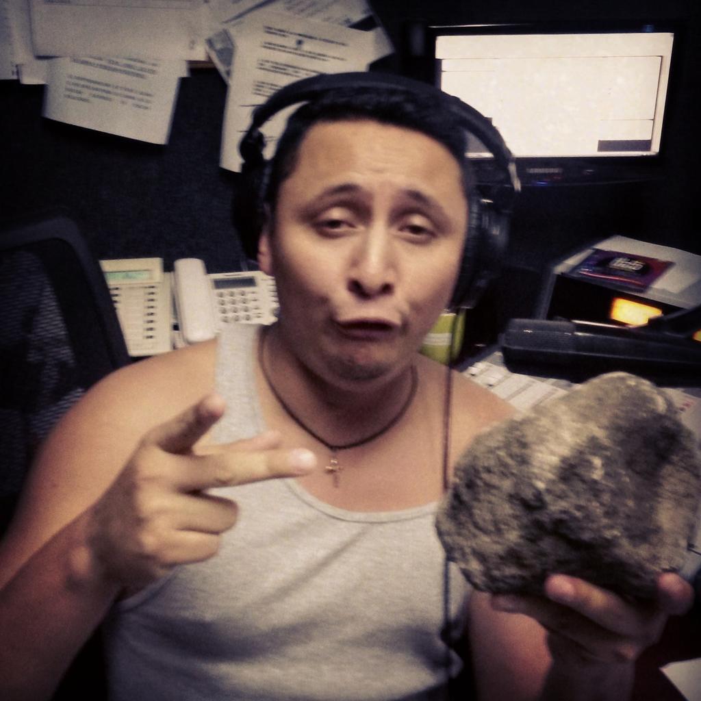 Resto de meteorito que cayó ayer. @ChupertoBotes tiene lo último.... aún huele a azufre cc @VOXFMELSALVADOR #Vendo http://t.co/USBXXQ2PuR