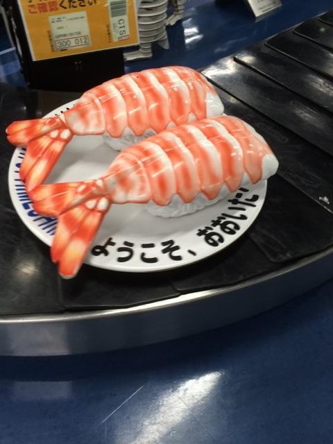 大分空港の手荷物が流れてくるところ!!まさかの、海老の寿司が流れてきた。 pic.twitter.com/m7sOqVBKBc