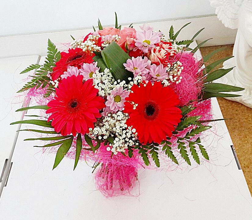 Доставка цветов, букет из 3 гербер и хризантем цены