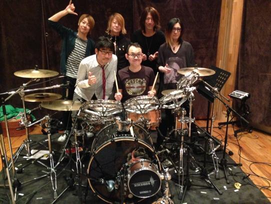 レコーディングのスタジオでの写メ‼️やっと出せまーす(^_−)−☆新作アルバム発売おめでとうございますm(__)mま http://t.co/4SSsHP7FHO