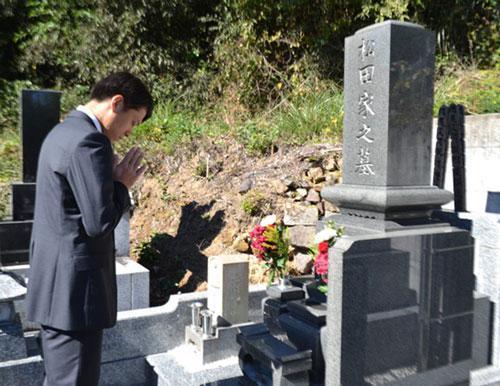 松本の田中隼磨が松田さん墓前に昇格報告 http://t.co/Xq2rDgVHKb http://t.co/7GO3NQ4DzQ