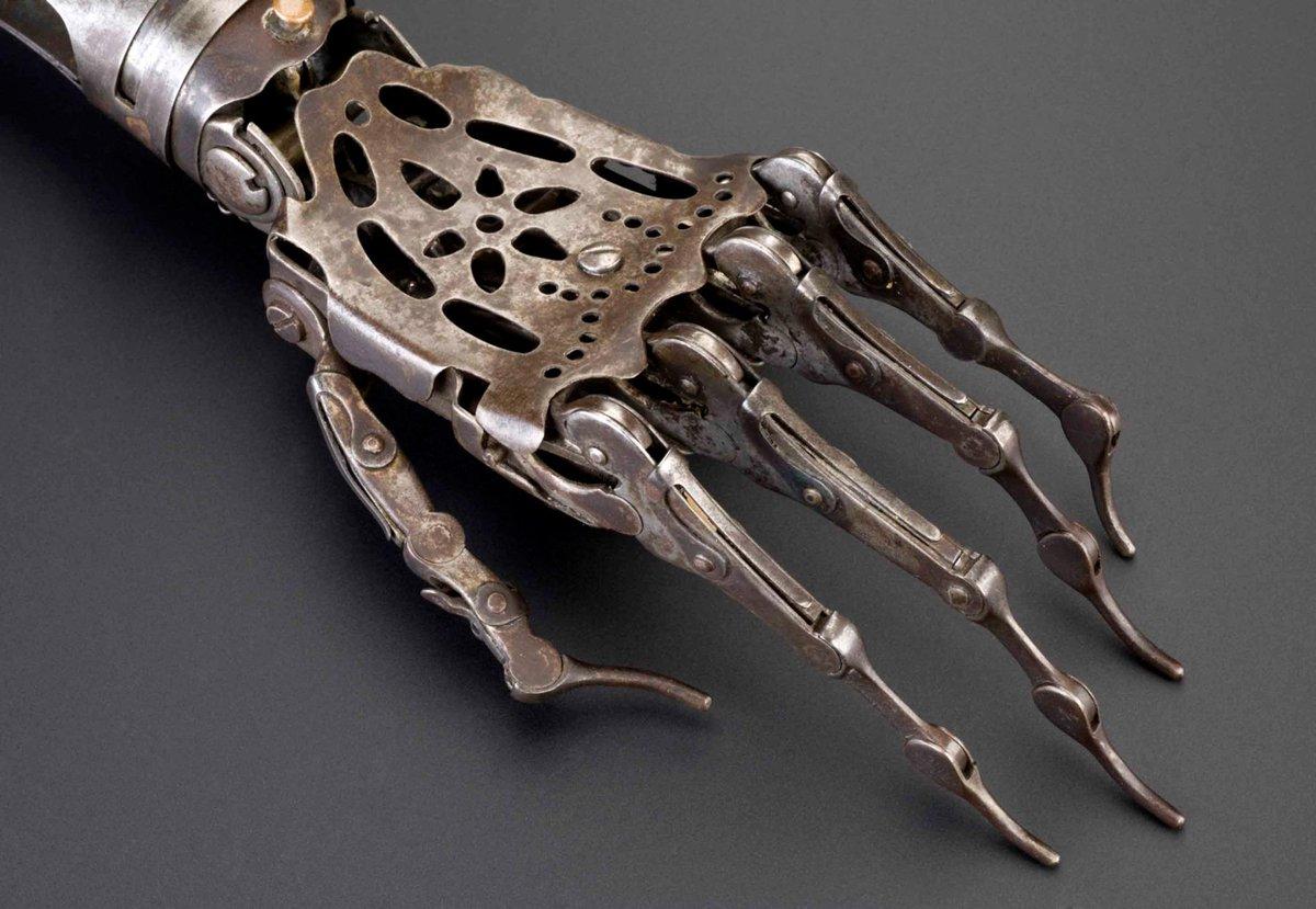 ヴィクトリア朝時代の義手。鋼と真鍮で作られ、肘・手首・指が可動する。手の骨格を模したような造形。クラシカルな装飾性と近代的技術が融合し、スチームパンク的な雰囲気を醸す。ロンドン科学博物館収蔵。