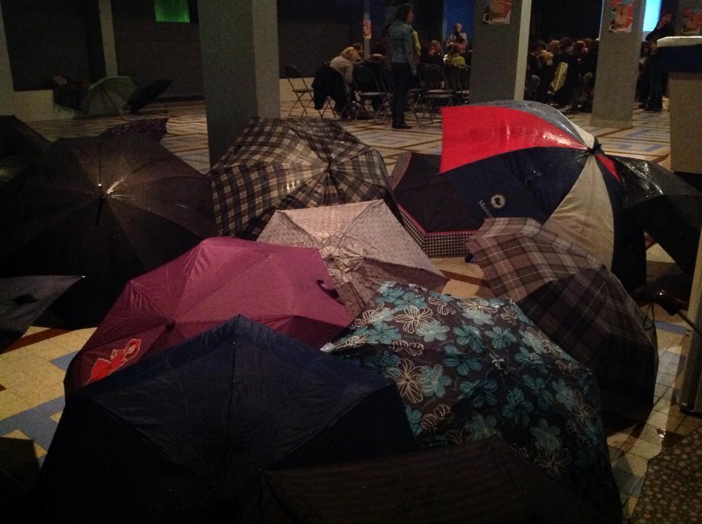 #DémosDébats plus de 60 personnes ont bravé la pluie pour assister à la rencontre ont commence dans quelques minutes http://t.co/c2VLSKJJp1