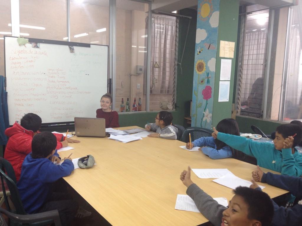 Profe Jessa teaching Kids Intermediate English! #mannaproject #mpiecuador @mannaproject http://t.co/3REwOq0VrW