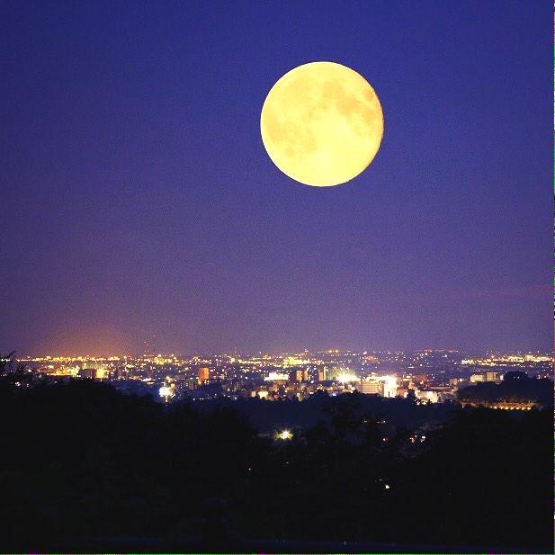 """【ミラクルムーン】今宵は一生に一度171年振りの""""後の十三夜""""が現れます!今年はスーパームーンに皆既月食と月の当たり年!月の出は15時半頃で月の入り明朝4時前なので天気が良ければ3度目の名月が一晩中楽しめますよー☆ヾ(*´∀`)ノ http://t.co/Dj1fawpIby"""