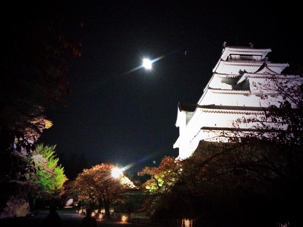 お月さんと鶴ヶ城と紅葉と、最強ですね(^^)y http://t.co/4lyrYbylVo
