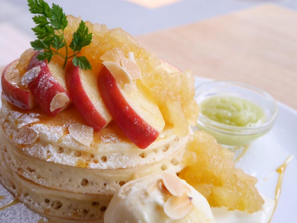 三軒茶屋VoiVoi、6日より秋の新作「焼きりんごのパンケーキ」スタートです!  焼きリンゴ、リンゴジャム、青リンゴソースをいっぺんにパンケーキにのせてほおばる瞬間をぜひご想像くださいませ♡ http://t.co/cfTfsnl4ey