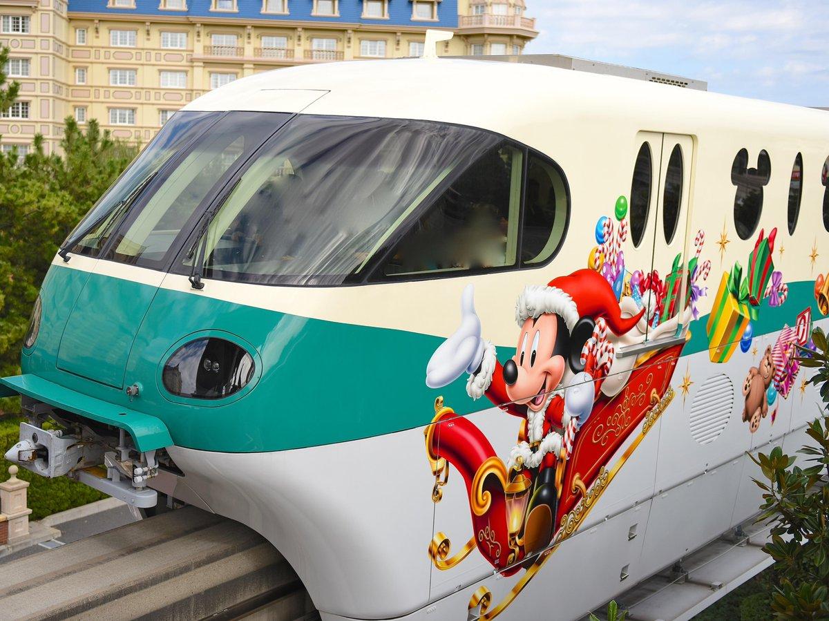 クリスマスライナーのデコレーションダンボも可愛いですね〜!ミッキーのつり革はサンタ帽付きです☆dlove.jp/mezzomiki/ pic.twitter.com/0tzDirQHpo