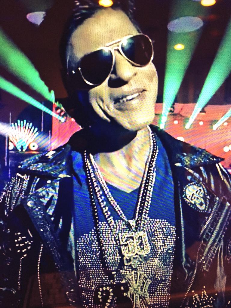 Who else saw @iamsrk wearing the @50cent and NY Yankees chain in the #Sharabi video? #HappyNewYear http://t.co/R94Bp7oG07