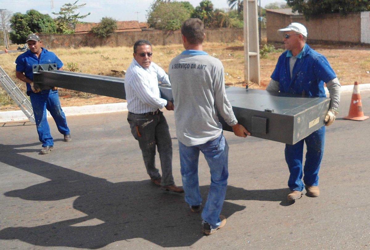 """""""@sensacionalista: Flagrante mostra lombada eletrônica sendo presa depois de multar um juiz http://t.co/p6tElS2YmP http://t.co/dLwKTgE1C8"""""""