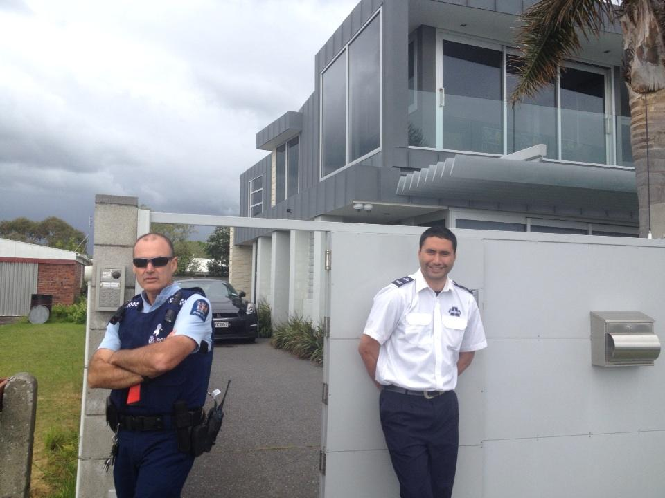 Cops at Phil rudd's place today http://t.co/jNb9Stu5Mi