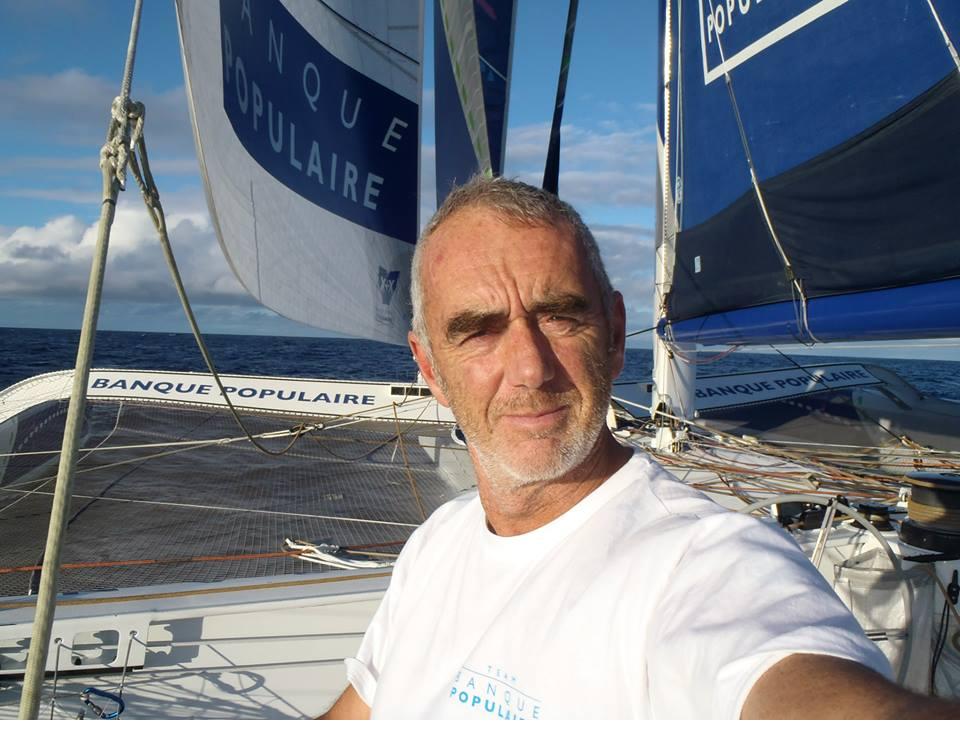 Loïck Peyron sur son voilier (Twitter)