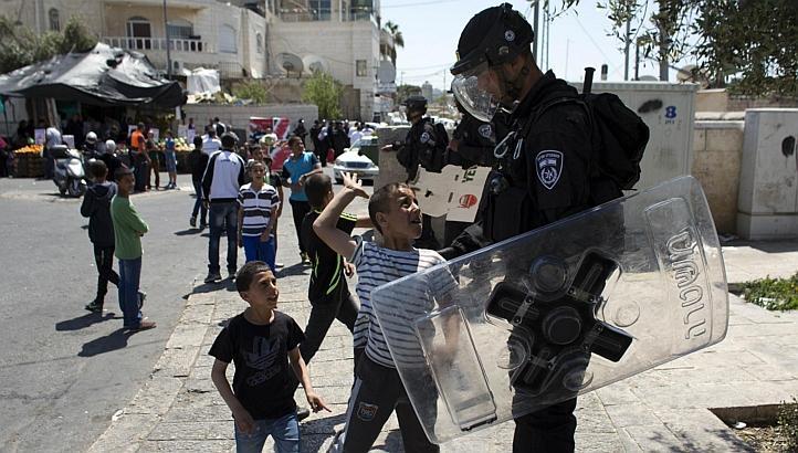 ぱらみり(準軍事組織&LE情報収集アカ) в Твиттере: «今回イスラエル警察部隊が使用している武器は単発式/連装式ガスグレネードランチャーや暴動鎮圧用シールド、テイザー等低殺傷性武器がメインだが、M16/M4系のライフル/カービンも所持している。こちらは「通常弾」だと思われる。 http://t.co/jo7W5vemsR»
