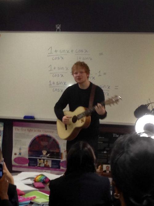 odeio quando to no meio da aula de matemática é o ed sheeran aparece na sala e começa a cantar http://t.co/v79m158IbN