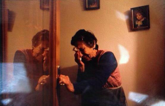 Frío noviembre. Carmen, 85 años, desahuciada. El PP le informa que debe tener miedo a #Podemos http://t.co/JuliwcIQKz http://t.co/ut0UK9O36s