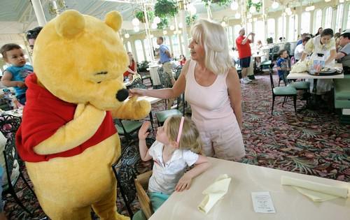 Ursinho Pooh é banido de parque por não usar calça. http://t.co/UiHRw002wZ [@BlogPageNFound] http://t.co/EbMd9Jgb9Q
