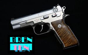 ブレン・テン Tenの名の通り他の拳銃弾のいいとこ取りをした10mm拳銃弾の新型銃!との振り込みで売りだしたはいいものの外注の納品が遅れたマガジンなしで消費者に届けた伝説の初期不良拳銃。新型弾も入れる場所がないでは売れるはずなし