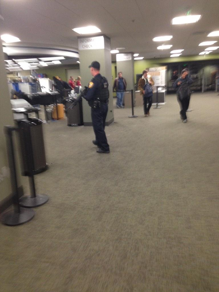 Police with assault rifles inside Strozier Library #fsu http://t.co/2VziVQ6Nbj