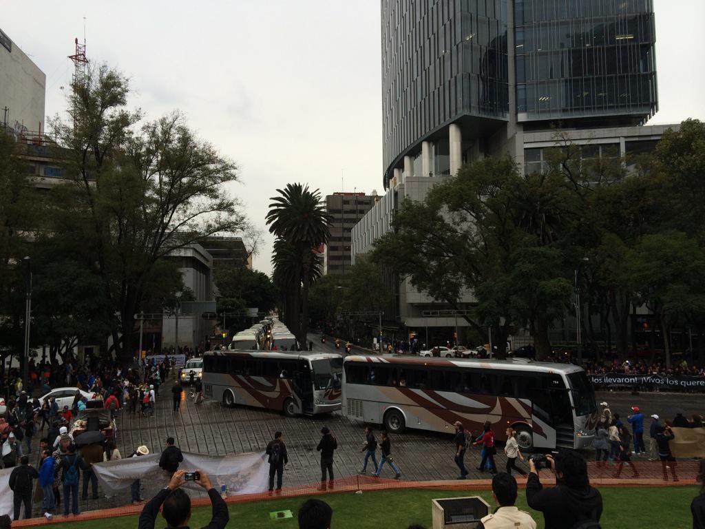 #CNN20Nov: los autobuses llegan al igual que miles de mexicanos para arrancar la marcha #Ayotzinapa vía @laloaragonv http://t.co/wSsVU5HrBJ