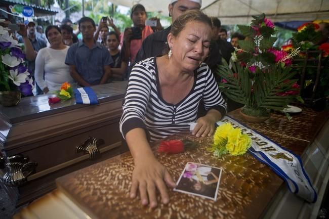 Desesperada mãe chora no caixão de María Jpsé.