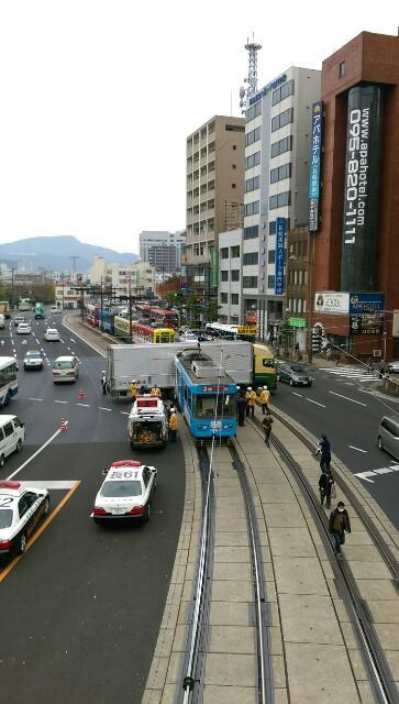 今、長崎駅の前 です。路面電車トラックの事故。こんなになってるの初めて見た。 pic.twitter.com/DA3V3yuh6q
