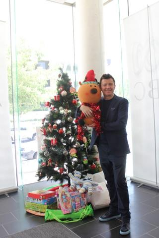 RT @TerriReports: What an utterly charming man @rickastley lending his support to #abckidsincare http://t.co/3eplhifyea