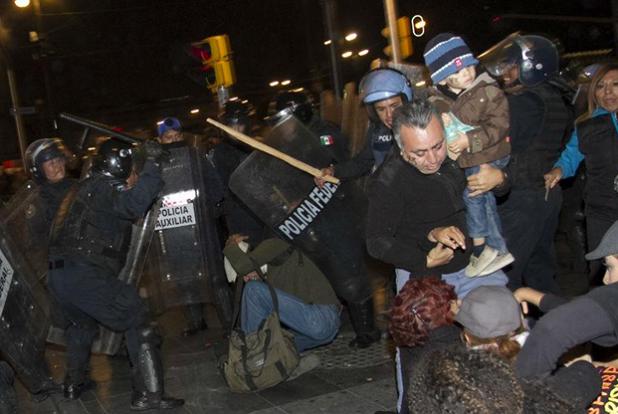"""Mexico may be having a #Ferguson right now... #sadness """"@gisela_pda: Policía golpea a padre con su bebé #YaMeCanse http://t.co/e7EZIXdsKa"""""""
