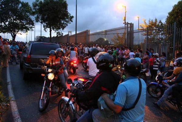 Así es q se gobierna! RT @RPolicial MI CASA BIEN EQUIPADA: marcados como animales 1600 personas y solo atendieron 200 http://t.co/Mw5f697mUi