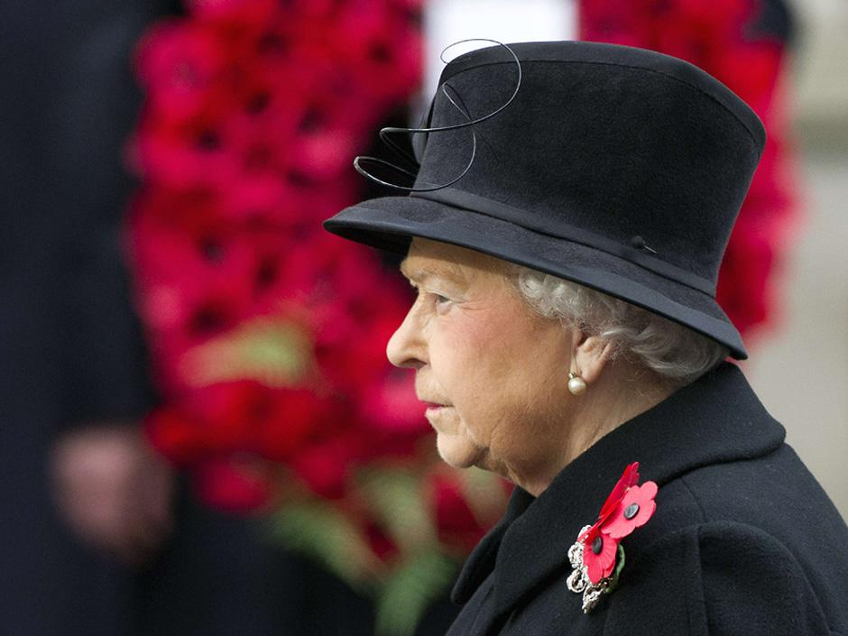 Queen defies Islamist terror threat as she leads service in memory of fallen soldiers http://t.co/S7C8weVcv8 http://t.co/ANavQ4RJhl