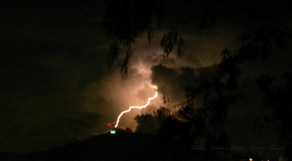 Extraordinaria captura de un rayo desde Baruta, Miranda 08:29 p.m. Tormenta eléctrica, vista SE http://t.co/7ER9r5ZwkB