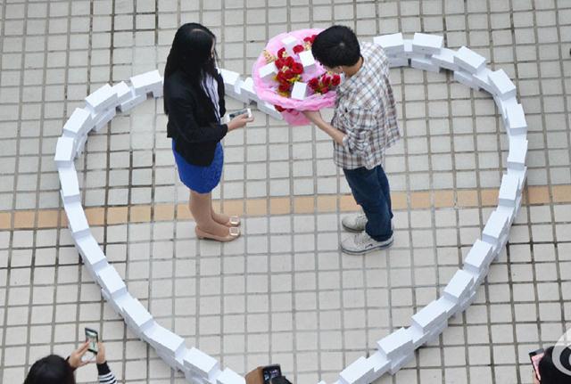 หนุ่มจีนทุบกระปุกเงินออม 2 ปี ซื้อ iPhone 6 จำนวน 99 เครื่อง ราคารวม 2.5 ล้านบาทสารภาพรักสาว http://t.co/YPeuTKvbsG http://t.co/BLorAmFvGn
