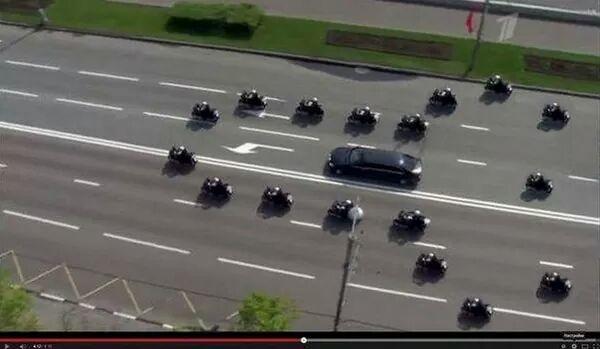 プーチンの車で移動の時の凄い警備 http://t.co/YT5Pi9kTtr