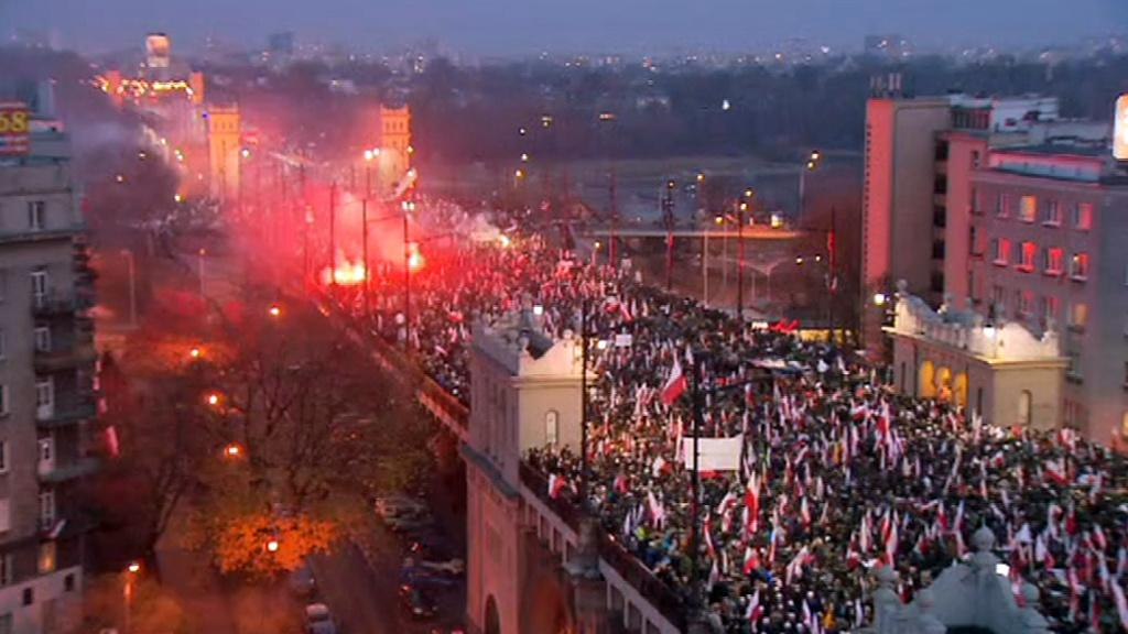 March stopped by police on Poniatowski bridge while unrest on its head #IndependenceDay #MarszNiepodleglosci http://t.co/U97XvsiN8f