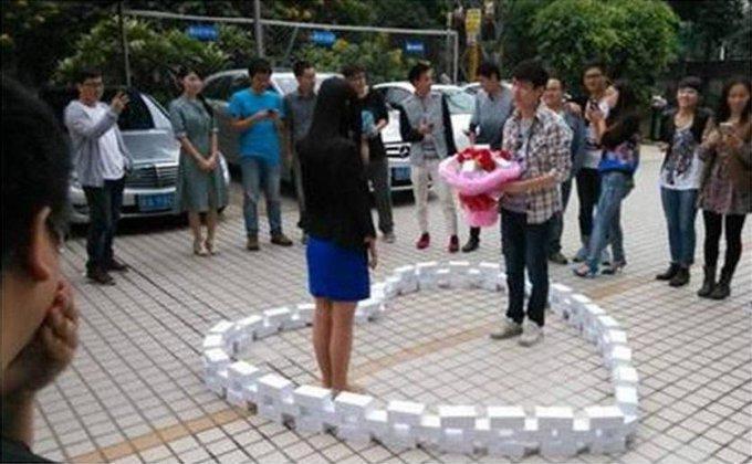 Homem gasta US$ 79 mil comprando 99 iPhones para pedir namorada em casamento e ela diz 'não'. http://t.co/OsbLkWganW http://t.co/okrKEXJqt3