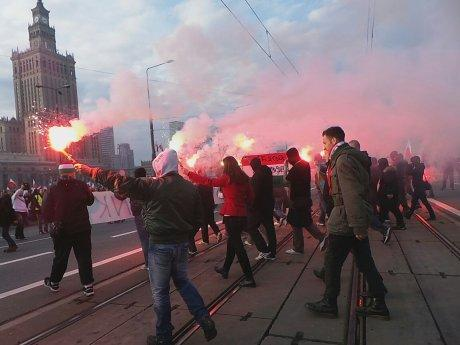 First flares has been fired in #Warsaw by nationalists on #Poland #IndependenceDay #11listopada #MarszNiepodleglosci http://t.co/YvBI1MQ51V