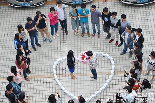 Chinês compra 99 iPhones para fazer pedido de casamento e recebe um 'não' http://t.co/BPlb9FB4kQ http://t.co/LmPfbZjEHT
