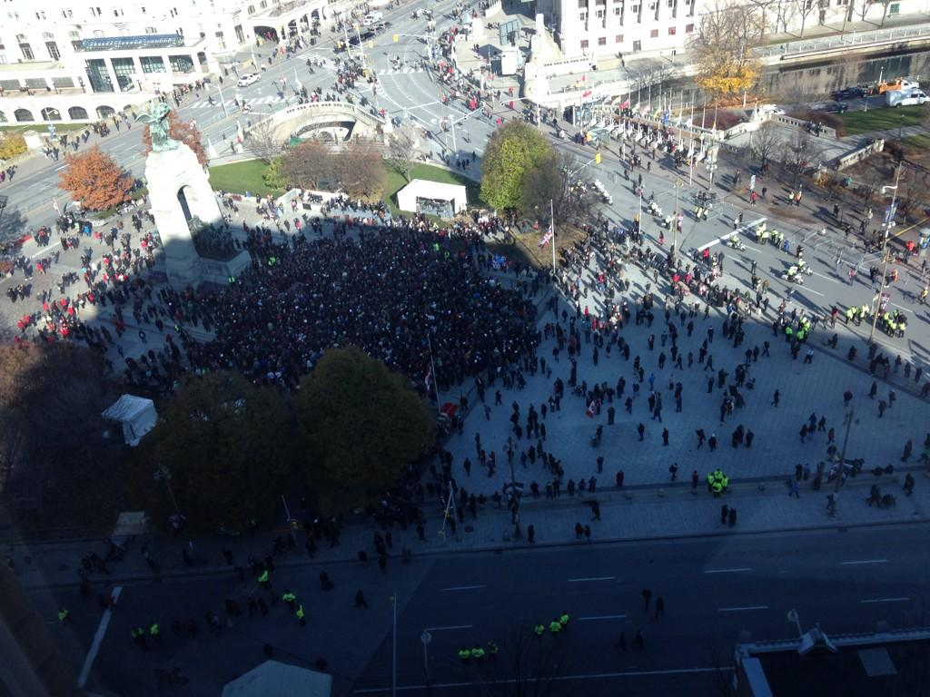Look at the crowd waiting to lay poppies at Tomb of the Unknown Soldier. Incredible. #RemembranceDay #LestWeForget http://t.co/24QJOUgdLj