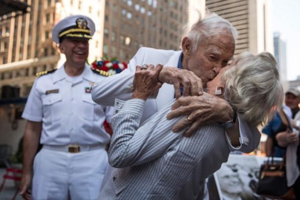 Times Square kiss redux featuring #WorldWarII vet and wife http://t.co/OmLAoyku7G #LestWeForget #RemembranceDay http://t.co/eBUy5wW9gm