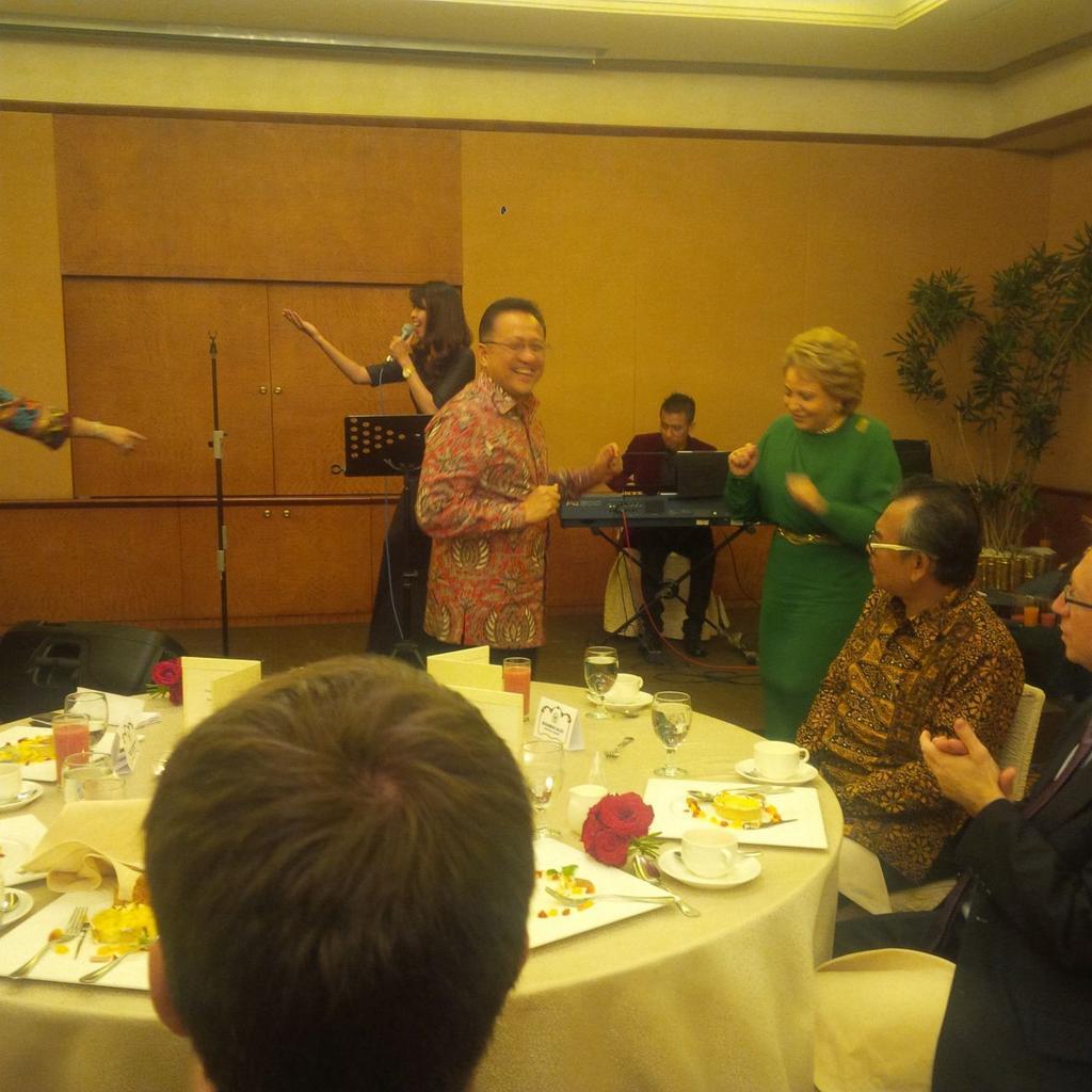 Dalam acara makan malam tersebut, Irman mengajak Matvienko untuk ikut berjoget lagu daerah.. http://t.co/45zTSljI7B