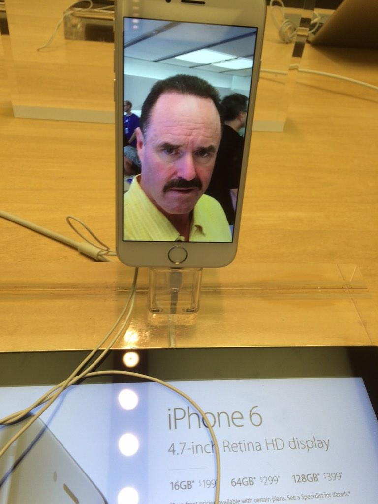 Some guy took this selfie on an iPhone at the Apple Store. http://t.co/yp3zywpaeu