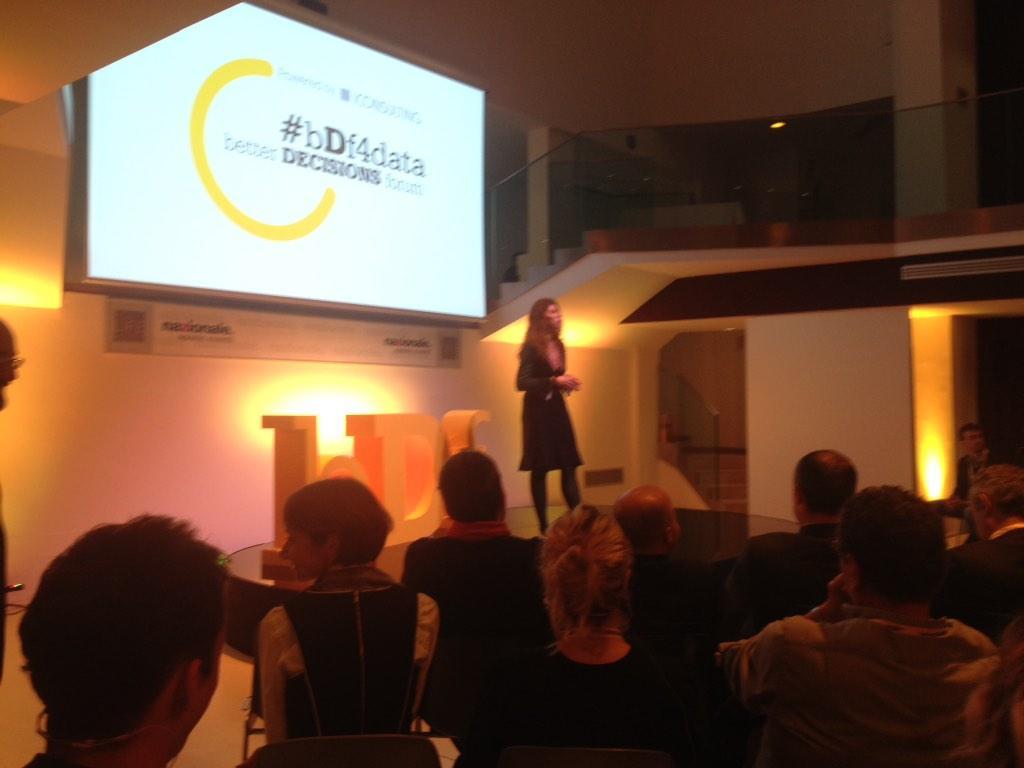 E #bDf4data comincia qui! La nostra rockstar dei social media @mafedebaggis da il benvenuto alla platea! http://t.co/RSzumycgyT