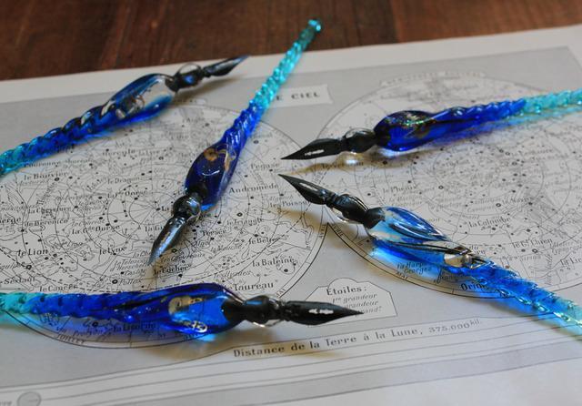 水素インクの硝子ペンminne.com/items/513031 宇宙を満たす水を掬いとった水素インク専用の硝子ペン。ペンそのものはありふれた碧い銀河を冷やし固めて作られているが水素インクとの相性がよいのはこの製法で作られたペンだけpic.twitter.com/uIe8AluxIs