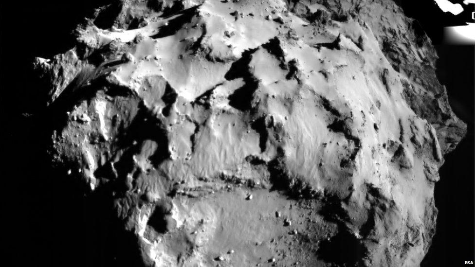 The first picture from @philae2014 of the surface of comet 67P during #CometLanding bbc.in/1un9Gop pic.twitter.com/XPZTI7KEU3