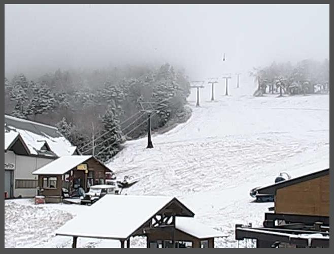 昨晩からの冷え込みにより、熊の湯スキー場のゲレンデが雪景色になりました。 週末にかけて寒気が張り出す予報ですので今後の降雪にも期待したいですね♪ #志賀高原 #熊の湯 #スキー場 #雪 http://t.co/6nC7XVLomN